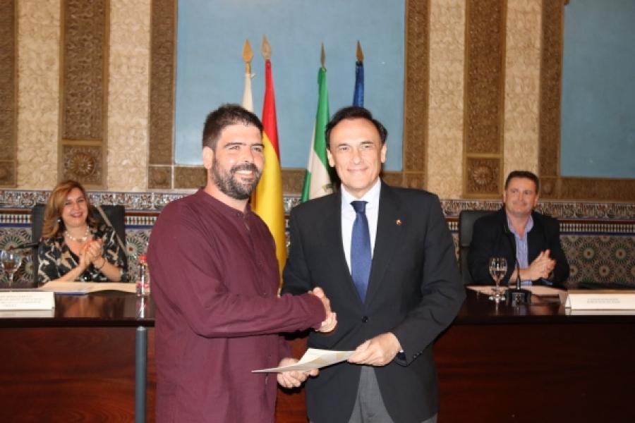 El rector, José Carlos Gómez Villamandos, hace entrega del Premio a Guillermo Palacios