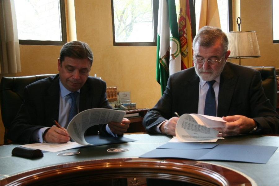 El consejero y el rector firman el acuerdo