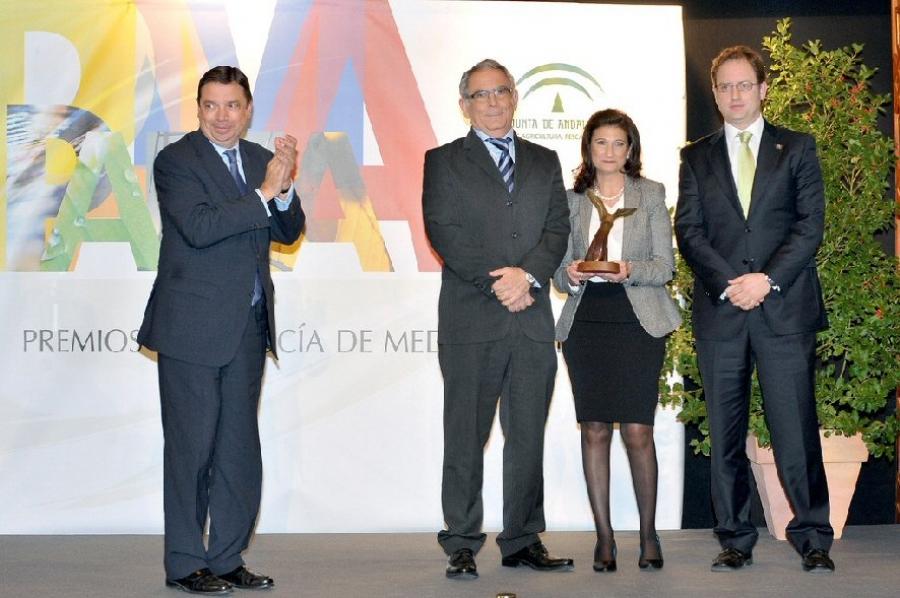 El consejero entrega el premio a los investigadores
